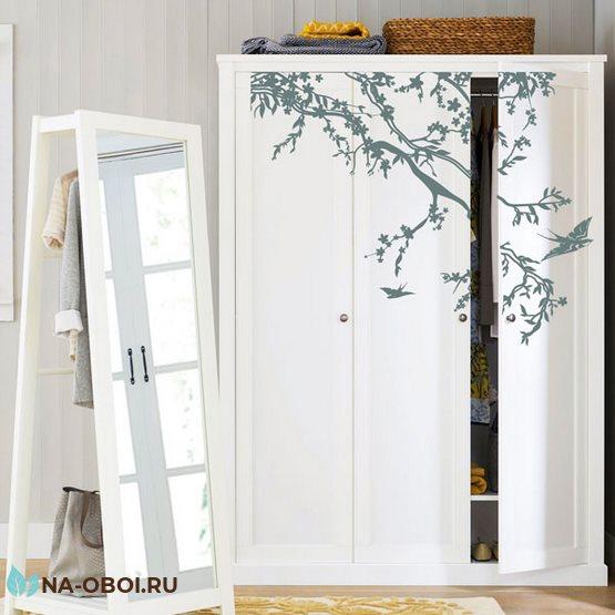 декор шкафа наклейкой с деревом